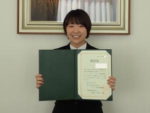 認定証を授与された学生の喜びの表情